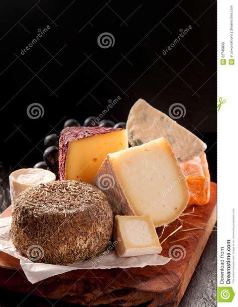 fromage 224 p 226 te molle enduit en herbes servies sur le panneau de fromage photo stock image