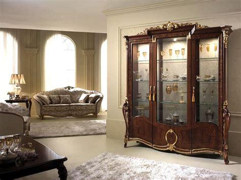sale da pranzo eleganti vetrina con eleganti decorazioni dal classico gusto