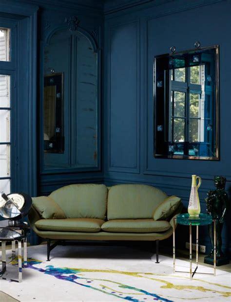 déco salon blanc dans appartement haussmannien mettez un canapé vert et personnalisez l 39 intérieur archzine fr