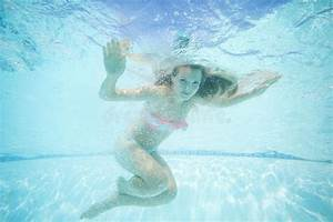 Rustine Piscine Sous L Eau : belle jeune femme nageant sous l 39 eau dans la piscine photo stock image 62217458 ~ Farleysfitness.com Idées de Décoration