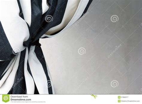 cortina preto e branco amarrada de volta ao fundo branco atual fotografia de stock royalty free