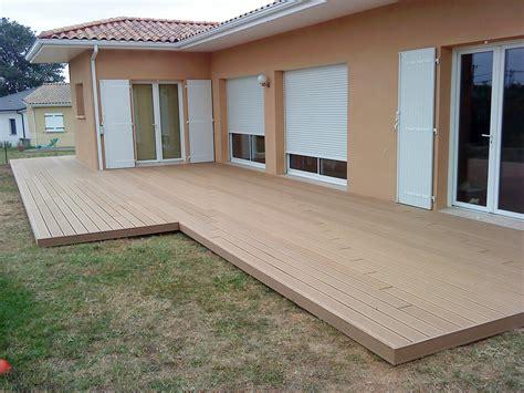 terrasses en bois composite beige pour piscine et contour