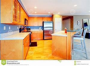 Bar D Appartement : cuisine en bois orange d 39 appartement de ville avec des tabourets de bar image stock image ~ Teatrodelosmanantiales.com Idées de Décoration