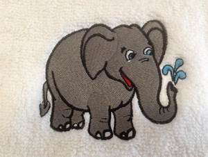 Sauna Handtuch Mit Namen : stickmotiv elefant und mit namen auf handtuch bestickt handtuchfabrik herstellung ~ Orissabook.com Haus und Dekorationen