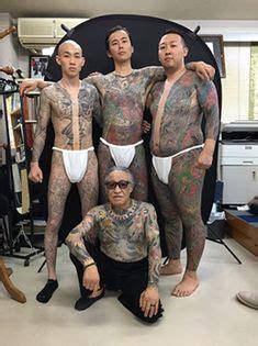 mann tattoo oberkoerper viel schrift tattoo tattoo