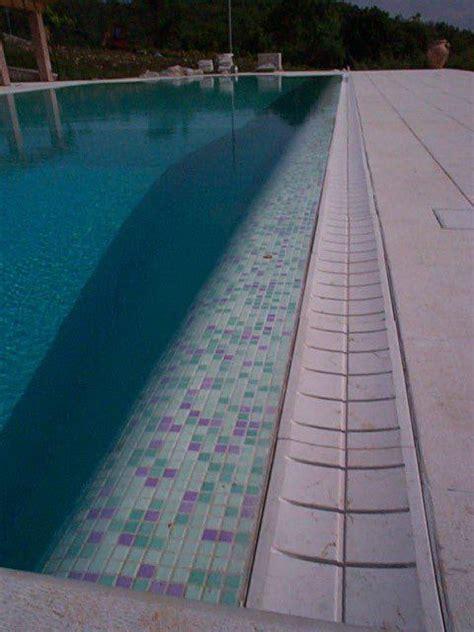 posa delle piastrelle posa di piastrelle in una piscina a lonigo vicenza