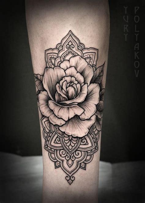 tatouage mandala femme avec fleur rose en son centre