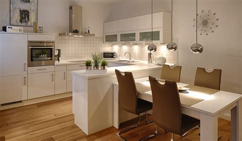 Küche Mit Integriertem Tisch