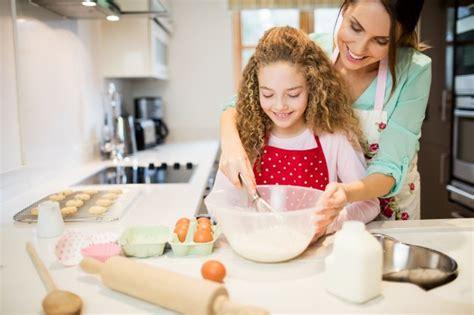 il baise sa mere dans la cuisine mère d 39 aider sa fille en fouettant la farine dans la