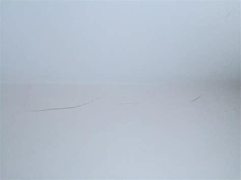 fissure sur mur platre entre jointure plafond et mur