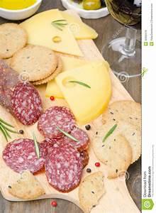Wein Und Glas Essen : salami k se cracker oliven und ein glas wein an bord stockbild bild von salami cracker ~ A.2002-acura-tl-radio.info Haus und Dekorationen