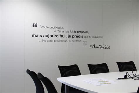 bureau citation une décoration murale et une signalétique contemporaine