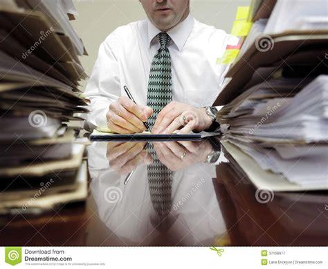 le de bureau à pile homme d 39 affaires au bureau avec des piles des dossiers