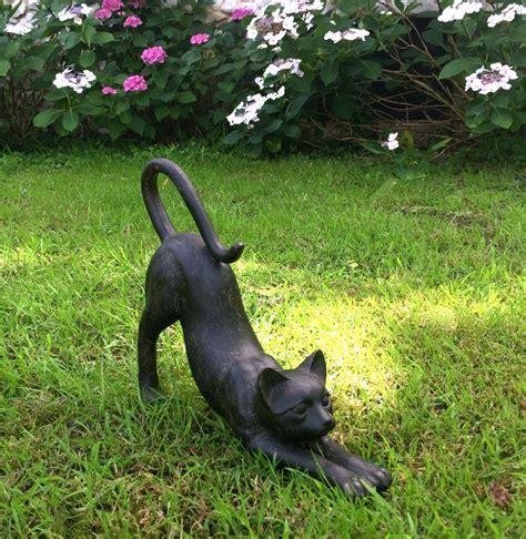 Niedliches Kätzchen Reckt Sich, Dekoration Fenster, Garten