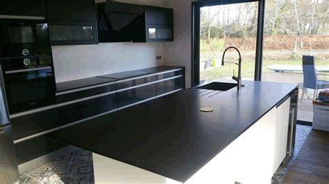finition plan de travail cuisine cuisine plan de travail et îlot central en granit noir