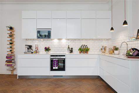 credence cuisine blanche carrelage métro blanc dans la cuisine et la salle de bains