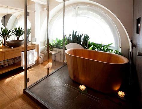 une baignoire en bois pour une salle de bain naturelle
