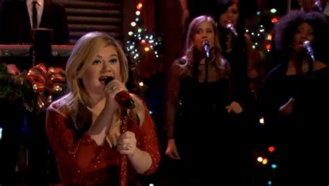 watch kelly clarkson perform underneath the tree on