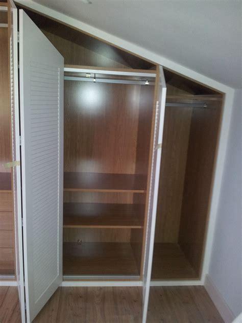 armario abuhardillado lacado  puertas plegables