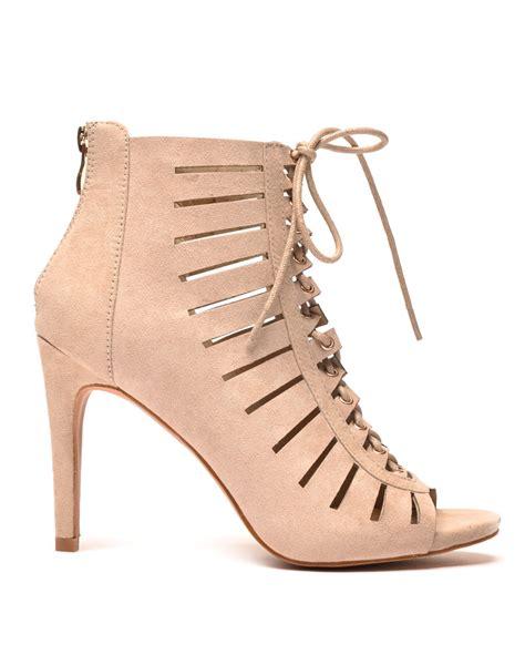 Sandale à talon beige perforé avec lacet pas cher