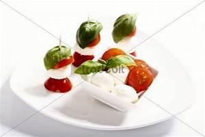 Tomate Mozzarella Spieße : tomate mozzarella mit basilikum als spie e und in schale ~ Lizthompson.info Haus und Dekorationen