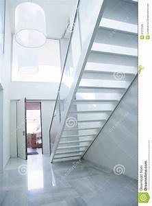 Hall Entrée Maison Moderne : lobby blanc moderne de hall d 39 entr e de maison avec l 39 escalier image stock image du maison ~ Melissatoandfro.com Idées de Décoration