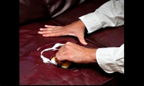 nettoyer un canapé en cuir avec du lait de toilette entretien canapé canapé