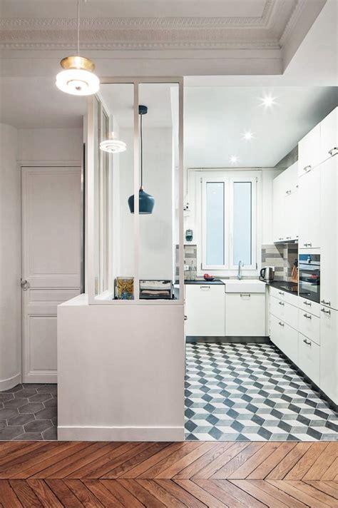 cuisine blanche verri 232 re et carreaux de ciment pour une cuisine bourr 233 e de charme