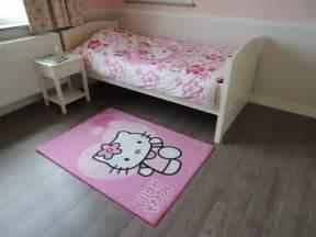 chambre hello kitty chambre complte hello kitty vichy With tapis chambre bébé avec commande de fleurs pas cher