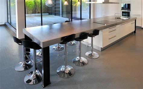cuisine design avec ilot grand ilot avec espace repas pour 6 ou 7 personnes