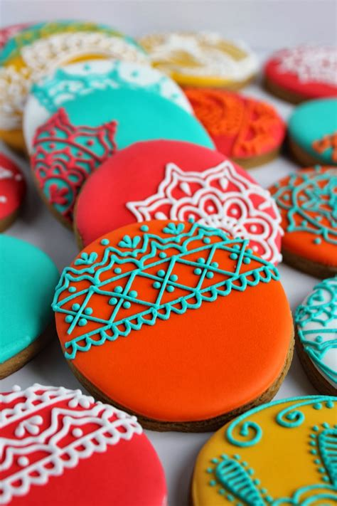 It's like putting up the tree without ornaments, so you gotta decorate that christmas tree shaped sugar cookie. Sugar Bea's Blog: Henna inspired Christmas Cookies {for ...