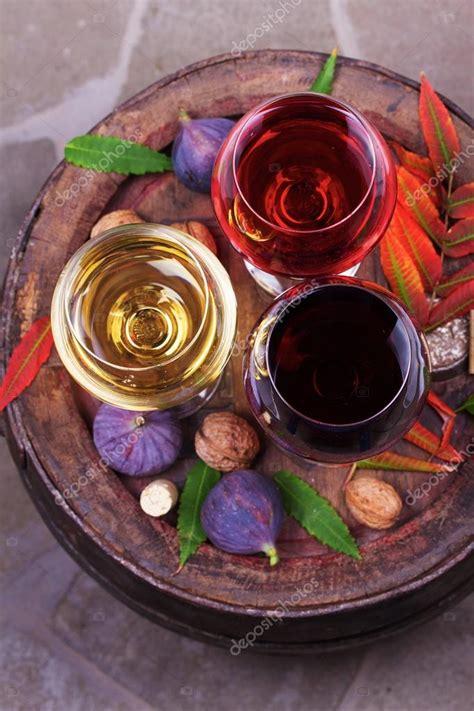 bicchieri di rosso rosso e bianchi bicchieri e bottiglie di foto