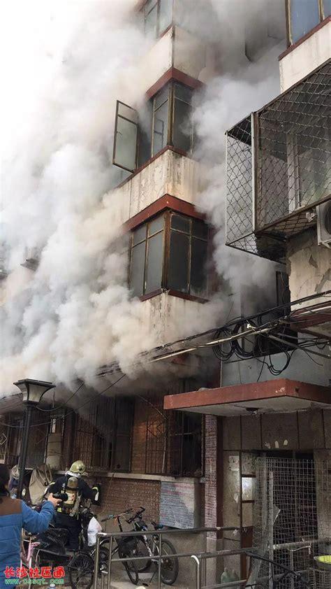 北京某居民楼里点柴火 不慎引起大火 现场浓烟翻滚_其它_长沙社区通