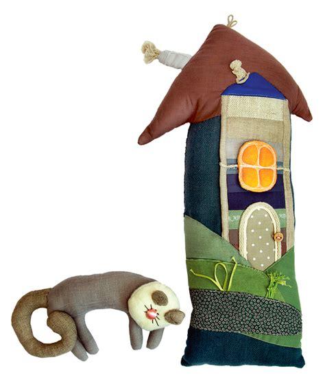 Bērnu rotaļlietām jābūt no dabiskiem materiāliem. Ciemojamies pie Baibas Matīsas, kura darina ...