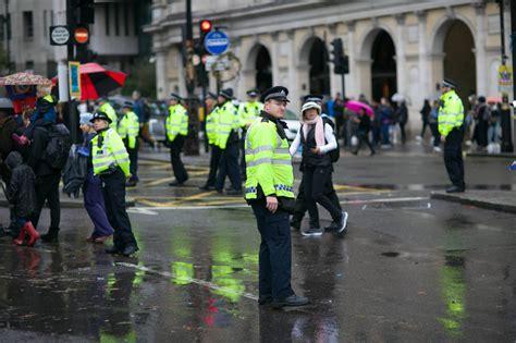 Dienas prieks: Andoras policija iepriecina bērnus ar deju ...