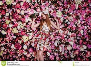 Mur De Fleurs : une belle jeune fille avec le bouquet de fleurs pr s d 39 un mur floral photo stock image 65702265 ~ Farleysfitness.com Idées de Décoration