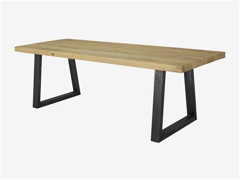 kringen op houten tafel industriele eikenhouten tafel levi met trapezepoot with