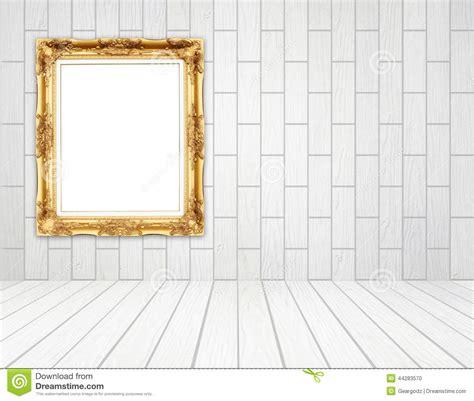 cadre d or vide dans la chambre avec le mur en bois blanc style de bloc photo stock image