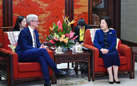 apple s tim cook tours china meets with vice premier ahead of march 25 event