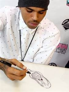 Chris Brown Draws For A Fan - Chris Brown Launches Dum ...