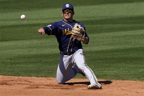 Brewers trade Orlando Arcia to Braves for pair of right ...