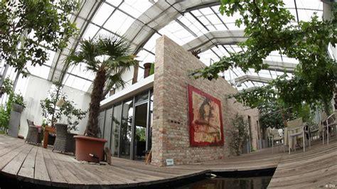 Wohnhaus Im Gewächshaus by Living In A Greenhouse Euromaxx Lifestyle In Europe