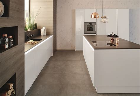 Grifflose Weiße Küchen In Offener Planung