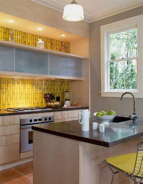 yellow kitchen tiles c 243 mo iluminar los gabinetes de cocina ideas casas 1222
