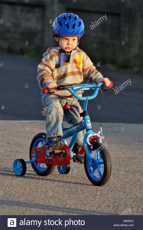fahrrad 3 jahre junge 3 jahre reiten fahrrad stabilisatoren fahrrad arbeit anstrengung schieben
