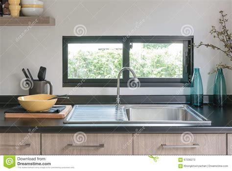 cuisine en bois comptoir de cuisine en bois avec le granit noir sur le