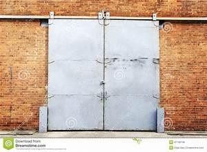 Porte Coulissante Dans Le Mur : porte coulissante en m tal dans le mur de briques photo ~ Dailycaller-alerts.com Idées de Décoration