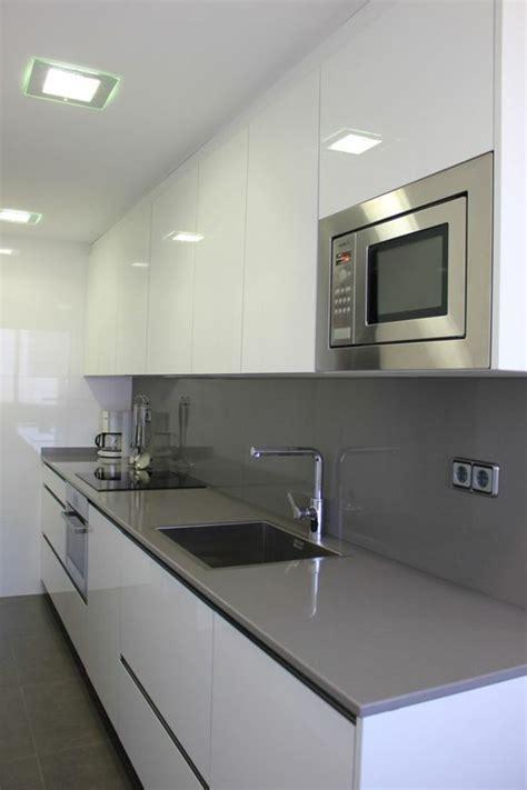 cocina blanca  gris balsa gris microonda integrada en la