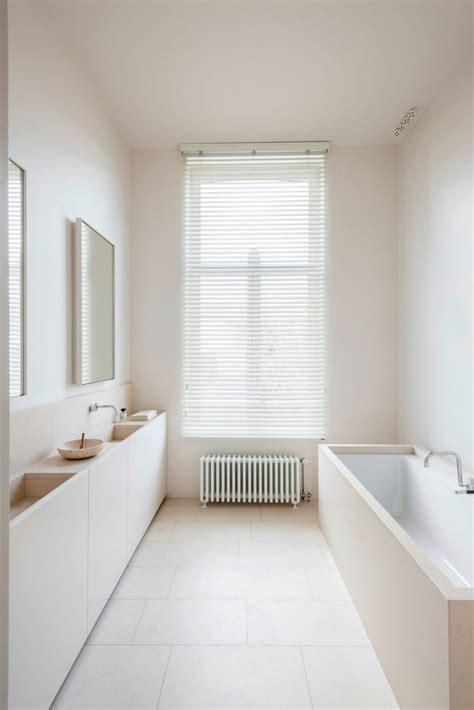 strakke lichte moderne badkamer door interieurarchitect