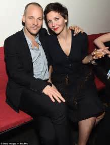 Maggie Gyllenhaal cuddles with husband Peter Sarsgaard at ...